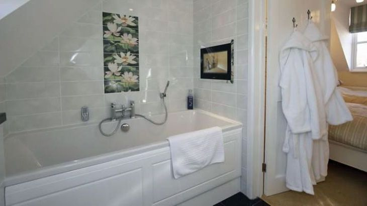 Bathroom with a bath in this three bedroom 3 bathroom luxury holiday home in Cromer