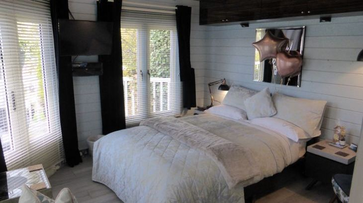 Celebrations a speciality in this romantic contemporary log cabin