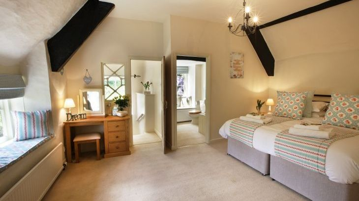 Master Bedroom With En-Suite, Plenty Of Room For A Travel Cot. With Tv and DVD
