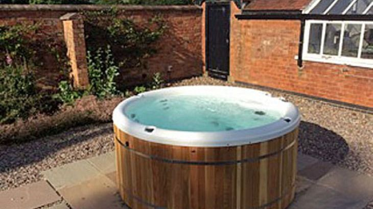 Derbyshire cottage with a private hot tub